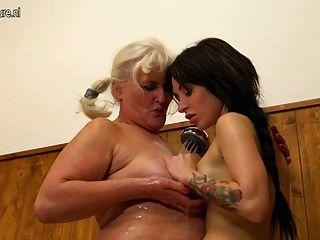 alte Oma verführt ein junges Mädchen im Badezimmer
