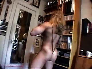 Colette Nelson versucht auf Kleidung