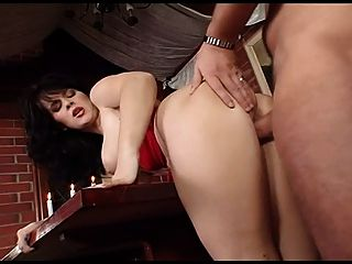 busty brunette mit rotem bH