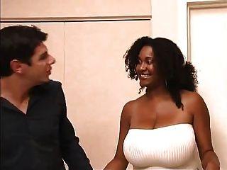 Ebenholz hottie chaka t ihre boobs und reiten in weißen Schwanz