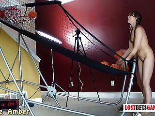zwei Mädchen mit großen Körper spielen Streifen Basketball schießen aus
