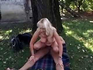 Blonde Mama Fick und Gesichtsbehandlung im Garten