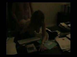 elegante Frau auf dem Schreibtisch