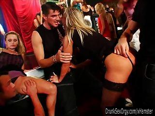 heiße Party-Küken saugen Schwänze in Club-Orgie