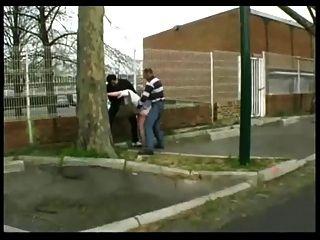 Syvlie auf der Straße von 2 Jungs gefickt