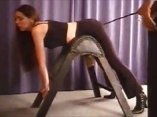 Schlechtes Mädchen, das spanking (caning)