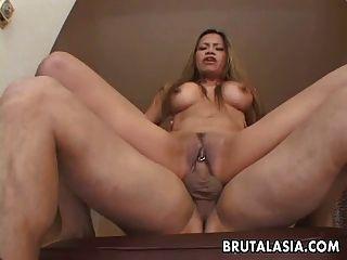 busty asian bitch wird in ihre durchbohrte Fotze gefickt werden