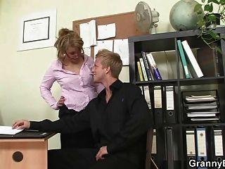 heißes Büro Sex mit alten reifen Hündin