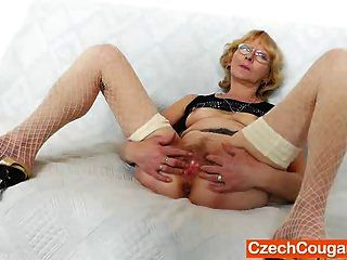 Blondie Mutter gibt und fickt ihr Fickloch