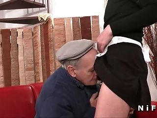 Französische Magd hart gefickt in 3some mit papy