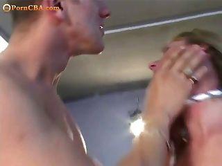 Blondine gefesselt und von zwei gefickt