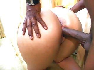 großer lateinischer Arsch wird von einem schwarzen Kerl gefickt
