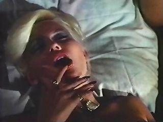Dame im quietschenden Bett