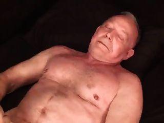 schön gebauten silbernen Papa wichst ab