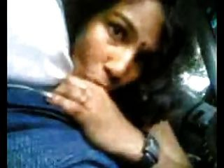schöne indische Mädchen saugen Schwanz im Auto schöne Reaktion