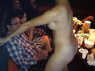 nackte asiatische Mädchen Lap Dance