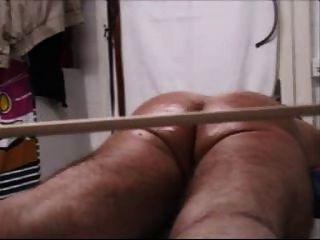 Arsch und Hahn in einer riesigen Folter