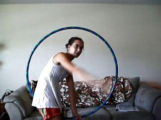 ein Hula-Hoop-Mädchen mit behaarten Achselhöhlen