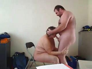 Hausfrau macht einen guten Blowjob und wird von hinten gefickt