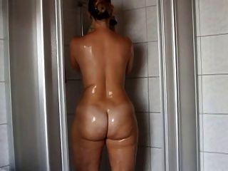 Brünette in der Dusche schönen Arsch