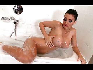 wunderschöne brünette masturbieren in der dusche