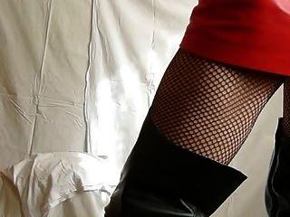 Fetischtrans in Stiefeln und Leder