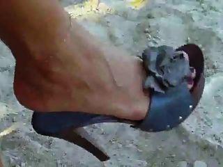 zeigt ihre sexy Füße