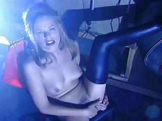 Paisley-Streifen aus ihrem Latex und masturbiert