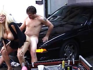 blonde Milf in der Garage gefickt