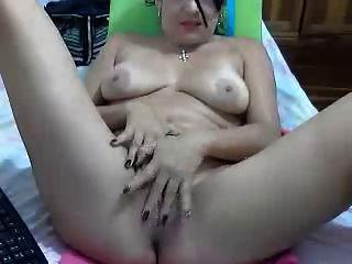 sexy kolumbianische Dame zeigt ihre Schönheit