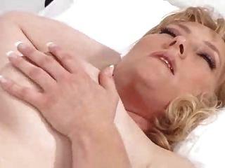 eine gute Krankenschwester kümmert sich um den Patienten
