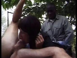 zwei Jungs fickt die Magd im Freien !!!