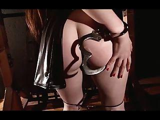 große Titties Leder und Handschellen