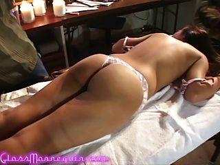 sexy alliyah Himmel bekommt eine ungezogene Massage von ihrem Produzenten
