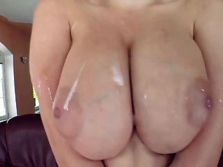 große Brüste werden mit Spermien verglast