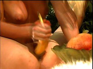 britische Schlampe Kelle Marie in einer lesbischen Szene mit Jessica