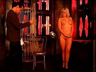 süße Blondine mit großen Titten und Arsch Ausziehen für einige Action