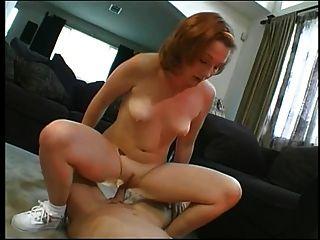 Nette Brünette saugt Schwanz, bekommt ihren Arsch von einem großen Schwanz gestreckt