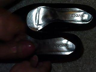 Sperma im Schuh der Freundin schwarze Pumpen