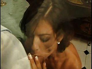 Brünette hat Sex im Speisesaal