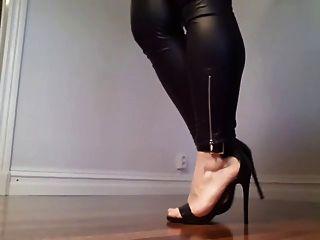 Kinky analwhore sara zeigt ihre Beine und Fersen!