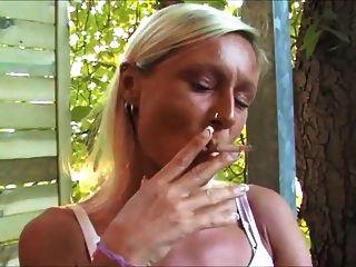Rauchen Fetisch   rauchend auf dem balkon
