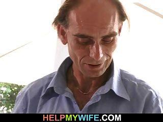 Ein Kerl ist eingeladen, alte Mannfrau zu schlagen