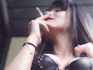 mein Freund aida raucht sinnlich Zigarette in Leder Korsett