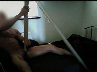 Muskel-Kerl saugte durch Staubsauger bis Orgasmus