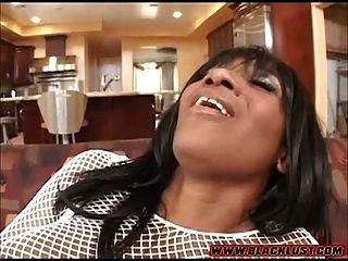 Kaylani Kream nimmt einen großen weißen Schwanz in ihre Muschi