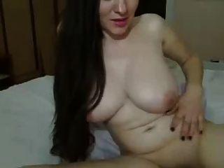 langes dunkles Haar Mädchen, große Titten auf Bett Streicheln Pussy