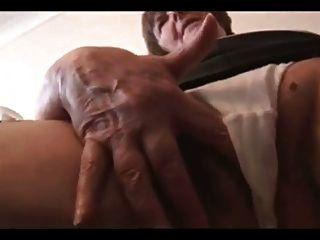 sexy haarige Oma im Minirock