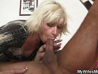 blonde Schwiegermutter verführt mich aber Frau findet heraus!