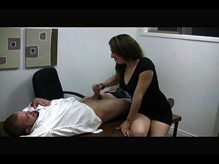 heiße Sekretärin macht sich von einem Kerl ab